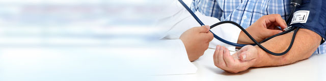 Soignez la tension artérielle patiente de mesure images stock