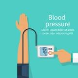 Soignez la tension artérielle patiente de mesure Photographie stock libre de droits