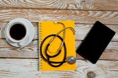 Soignez le lieu de travail avec le comprimé et le stéthoscope vides sur le CCB en bois Photo libre de droits