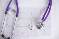 Soignez le lieu de travail avec un diagramme de cardiogramme de stéthoscope avec le disque médical de plan rapproché de table, pa Image stock