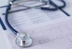 Soignez le lieu de travail avec un diagramme de cardiogramme de stéthoscope avec le disque médical de plan rapproché de table, pa Photographie stock