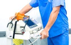 Soignez le moniteur et le stéthoscope d'électrocardiogramme de prise sur la machine Photographie stock