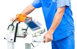 Soignez le moniteur et le stéthoscope d'électrocardiogramme de prise sur la machine Image stock