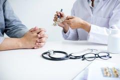 Soignez le patient de consultation et recommandez les méthodes de traitement et ho Images libres de droits