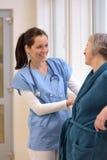 Soignez le patient supérieur de aide image libre de droits