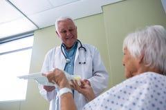 Soignez le petit déjeuner et la médecine de portion au patient supérieur Images stock