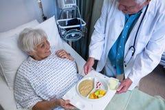 Soignez le petit déjeuner et la médecine de portion au patient supérieur Photo libre de droits