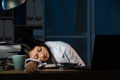 Soignez le sommeil fatigué par sensation sur le bureau de la clinique images stock