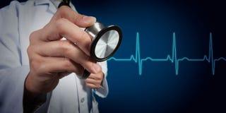 Soignez le stéthoscope d'utilisation avec le battement d'électrocardiographie ou de coeur Image stock