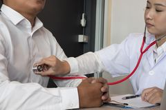 Soignez le stéthoscope d'utilisation pour examiner la fréquence du pouls sur le coffre patient à photos stock