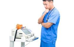 Soignez le support près du moniteur et du stéthoscope d'électrocardiogramme d'isolement Images libres de droits