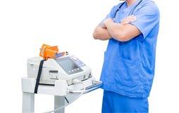 Soignez le support près du moniteur et du stéthoscope d'électrocardiogramme sur le cou d'isolement Images libres de droits