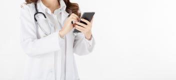Soignez le téléphone ou le comprimé intelligent d'utilisation dans le travail photo libre de droits