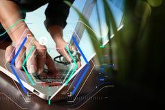 Soignez le travail à l'espace de travail avec l'ordinateur portable dans le travail médical Photographie stock libre de droits