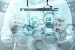 Soignez le travail à l'espace de travail avec l'ordinateur portable dans le travail médical Image libre de droits