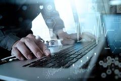 Soignez le travail à l'espace de travail avec l'ordinateur portable dans le travail médical Image stock