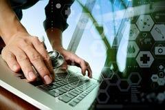 Soignez le travail à l'espace de travail avec l'ordinateur portable dans le travail médical Images stock