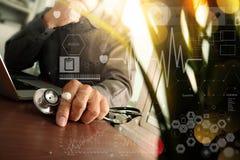 Soignez le travail à l'espace de travail avec l'ordinateur portable dans le travail médical Photo stock
