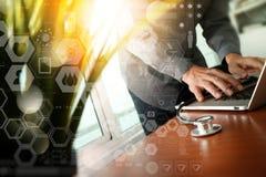 Soignez le travail à l'espace de travail avec l'ordinateur portable dans le travail médical Photo libre de droits