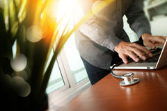 Soignez le travail à l'espace de travail avec l'ordinateur portable dans le travail médical Photos stock