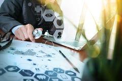 Soignez le travail à l'espace de travail avec l'ordinateur portable dans le travail médical Photographie stock