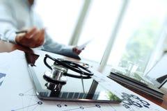Soignez le travail avec l'ordinateur portable dans l'espace de travail médical Photos libres de droits