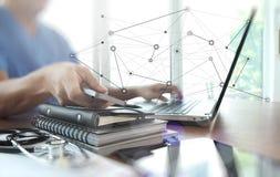 Soignez le travail avec l'ordinateur portable dans l'espace de travail médical Images libres de droits