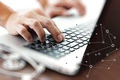 Soignez le travail avec l'ordinateur portable dans le bureau médical d'espace de travail Photos libres de droits