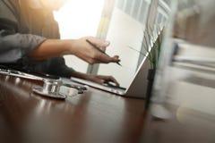 Soignez le travail avec l'ordinateur portable dans le bureau médical d'espace de travail Photographie stock