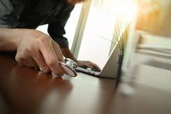 Soignez le travail avec l'ordinateur portable dans le bureau médical d'espace de travail Photo libre de droits