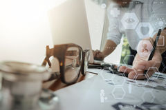 Soignez le travail avec l'ordinateur portable dans le bureau médical d'espace de travail Photographie stock libre de droits