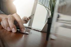 Soignez le travail avec l'ordinateur portable dans le bureau médical d'espace de travail Images stock