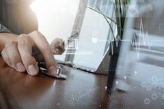 Soignez le travail avec l'ordinateur portable dans le bureau médical d'espace de travail Images libres de droits