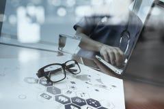 Soignez le travail avec le comprimé numérique et l'ordinateur portable Image libre de droits