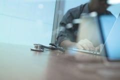 Soignez le travail avec le comprimé numérique et l'ordinateur portable Image stock