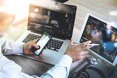 Soignez le travail avec le comprimé numérique et l'ordinateur portable avec smar Images libres de droits