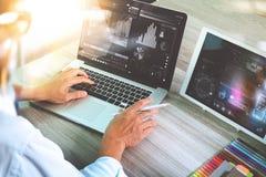 Soignez le travail avec le comprimé numérique et l'ordinateur portable avec smar Images stock