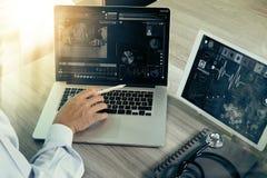 Soignez le travail avec le comprimé numérique et l'ordinateur portable avec smar Image libre de droits