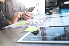 Soignez le travail avec le comprimé numérique et l'ordinateur portable avec smar Image stock