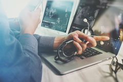 Soignez le travail avec le comprimé numérique et l'ordinateur portable avec smar Photo stock