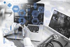 Soignez le travail avec le comprimé numérique et l'ordinateur portable avec smar Photographie stock