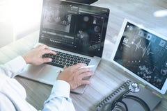 Soignez le travail avec le comprimé numérique et l'ordinateur portable avec smar Photos stock