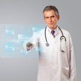 Soignez le type médical moderne de position et de pressing de bouton Photographie stock libre de droits