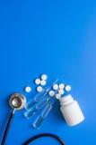 Soignez les instruments et les meds du ` s dans l'ensemble médical sur l'espace bleu de fond pour le texte Photographie stock libre de droits