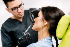 soignez les mains, chirurgien plasticien faisant le traitement à acide hyaluronique pour l'amélioration de beauté photographie stock libre de droits