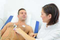 Soignez les protections attching au coffre de patients au coeur de moniteur Photographie stock libre de droits