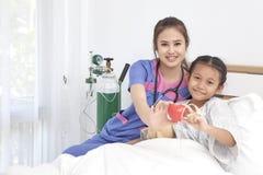 Soignez les soins avec la petite fille d'amour dans l'hôpital Image stock