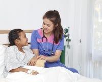Soignez les soins avec la petite fille d'amour dans l'hôpital Photo libre de droits