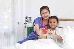 Soignez les soins avec la petite fille d'amour dans l'hôpital Image libre de droits