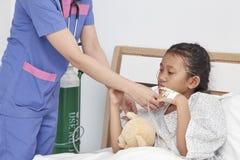 Soignez les soins avec la petite fille d'amour dans l'hôpital Photographie stock